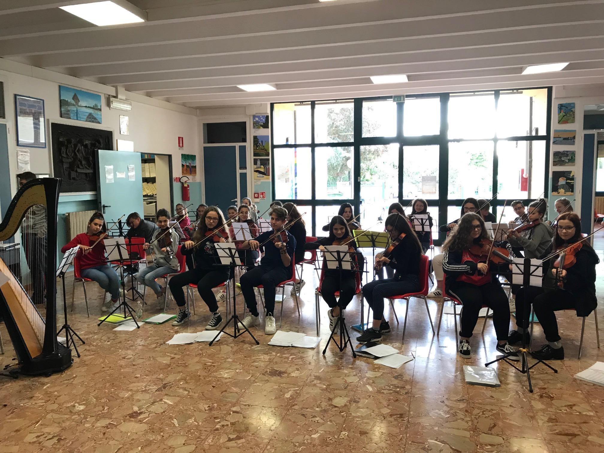 """La classe di violini della Scuola Media """"J. Turolla"""" di Ariano Polesine"""