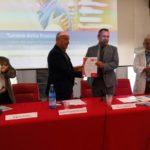 La consegna del certificato EN ISO 9001 al Direttore Generale Compostella